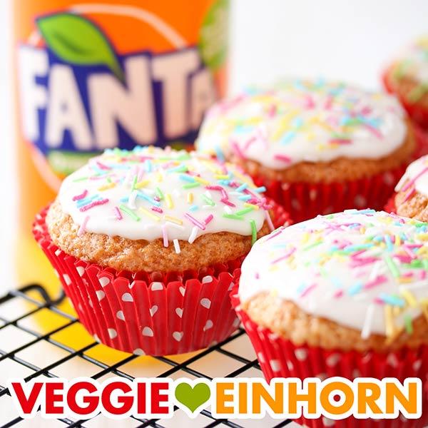Fanta Muffins und eine Fanta Flasche