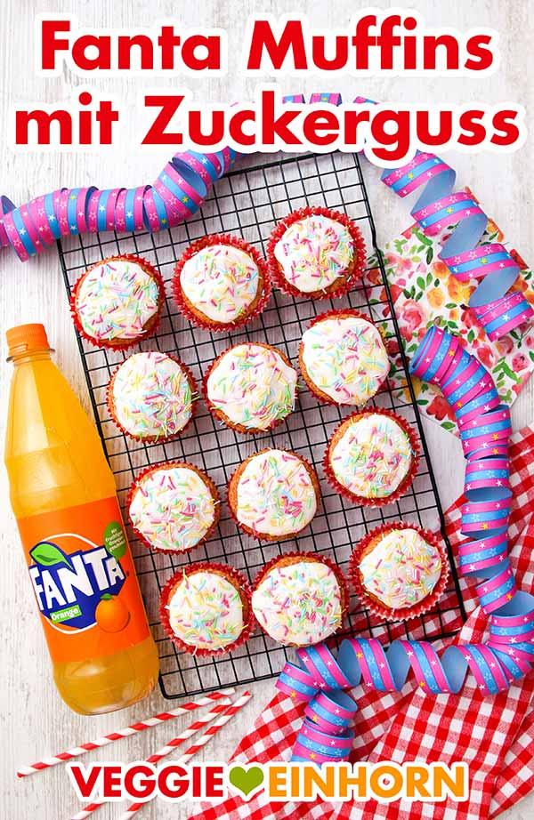Fanta Muffins mit Zuckerguss und bunten Zuckerstreuseln auf einem Kuchengitter