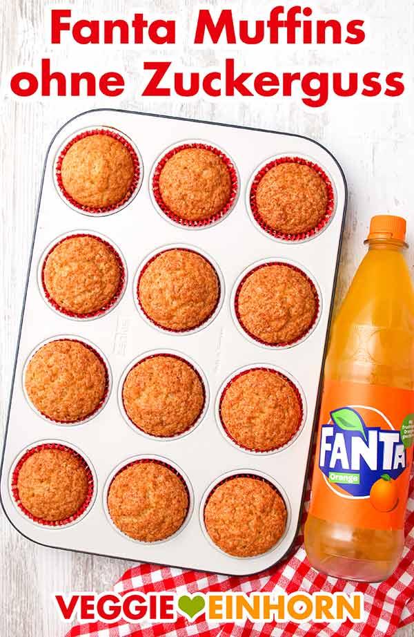 Fanta Muffins in einem Muffinblech und eine Flasche Fanta