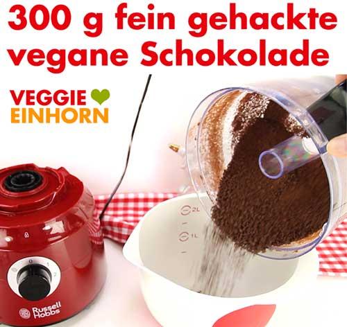 Fein gehackte vegane Schokolade für die Schoko-Sahnecreme