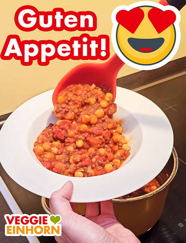 Der Kichererbsen Linsen Eintopf wird auf einen Teller gefüllt.