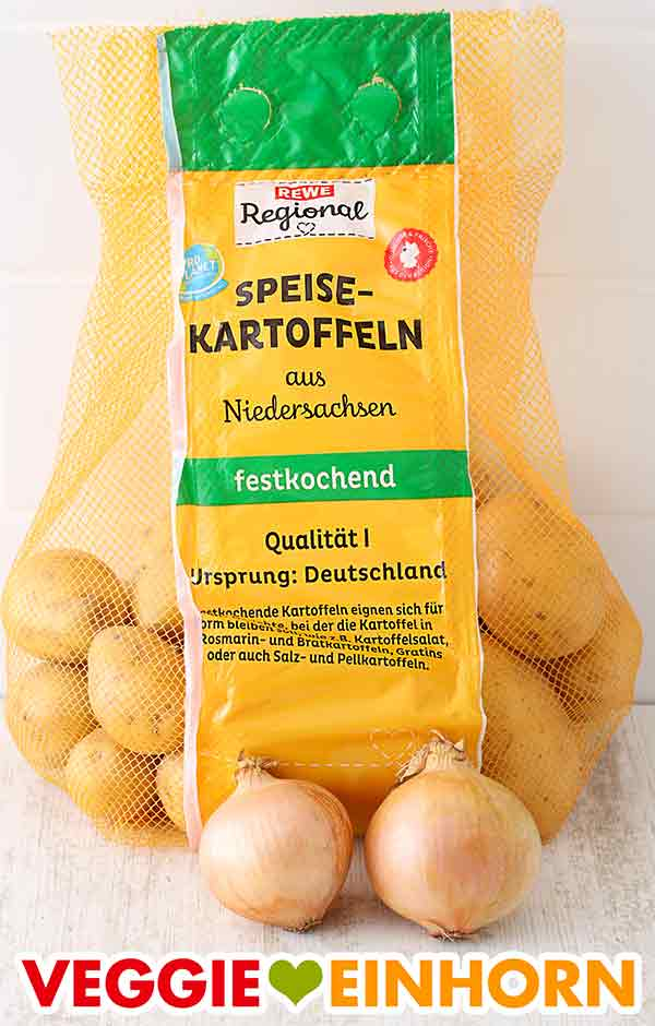Ein Beutel festkochende Kartoffeln und zwei Zwiebeln