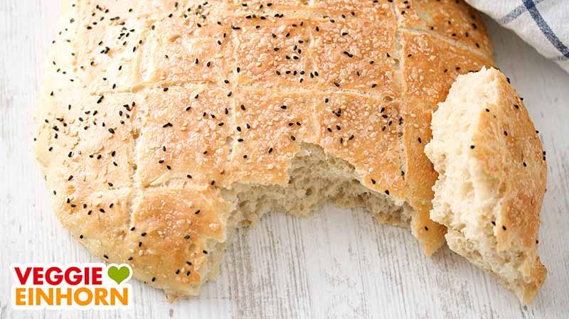 Türkisches Fladenbrot und ein abgebrochenes Stück Brot
