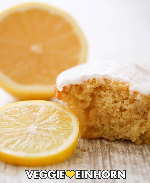 Ein angebissener Zitronen Muffin und eine Zitronenscheibe