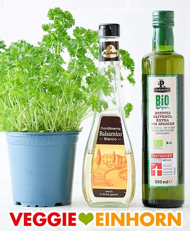 Frische Petersilie, eine Flasche weißer Balsamicoessig und eine Flasche Olivenöl