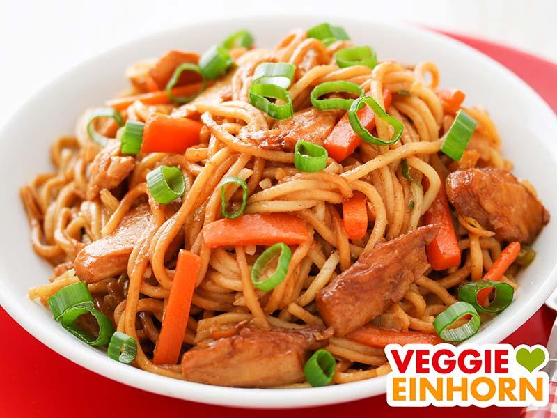 Chinesische Gebratene Nudeln mit Karotten und Frühlingszwiebeln