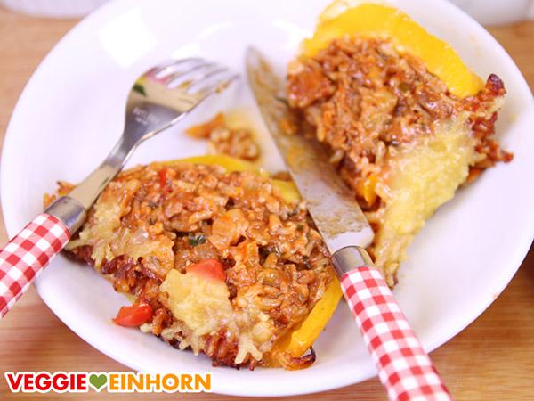 Vegane gefüllte Paprika aufgeschnitten auf Teller