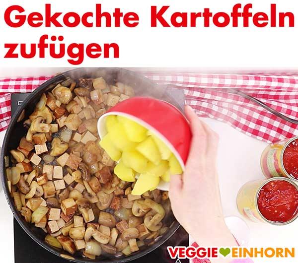 Gekochte Kartoffeln zufügen zum veganen Tofu Gulasch