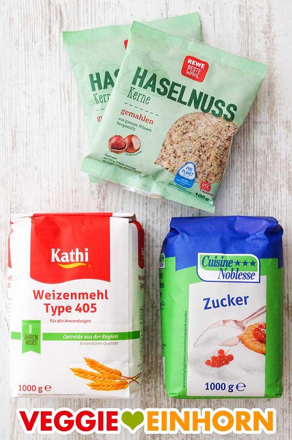 Zwei Packungen gemahlene Nüsse, eine Packung Weizenmehl Type 405, eine Packung Zucker