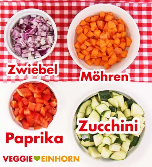 Geschnittenes Gemüse: Zwiebel, Möhren, Paprika, Zucchini