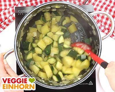 Gemüse für Zucchinisuppe anbraten