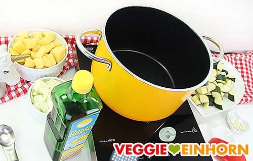 Gemüse und Topf für Zucchinisuppe