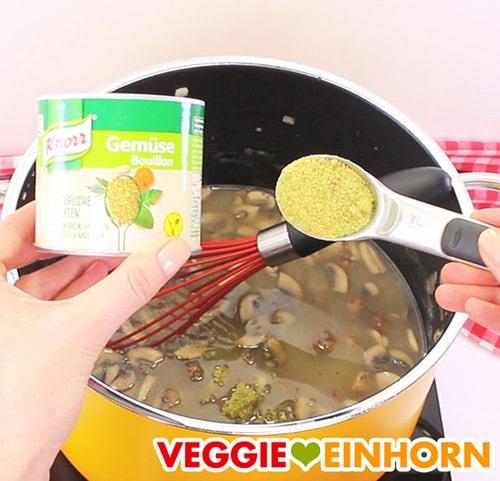 Gemüsebrühe Pulver mit Suppe im Topf