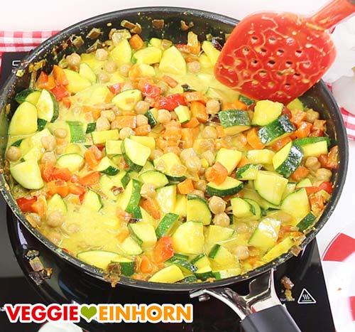 Gemüsecurry in der Pfanne mit Kokosmilch und Kichererbsen