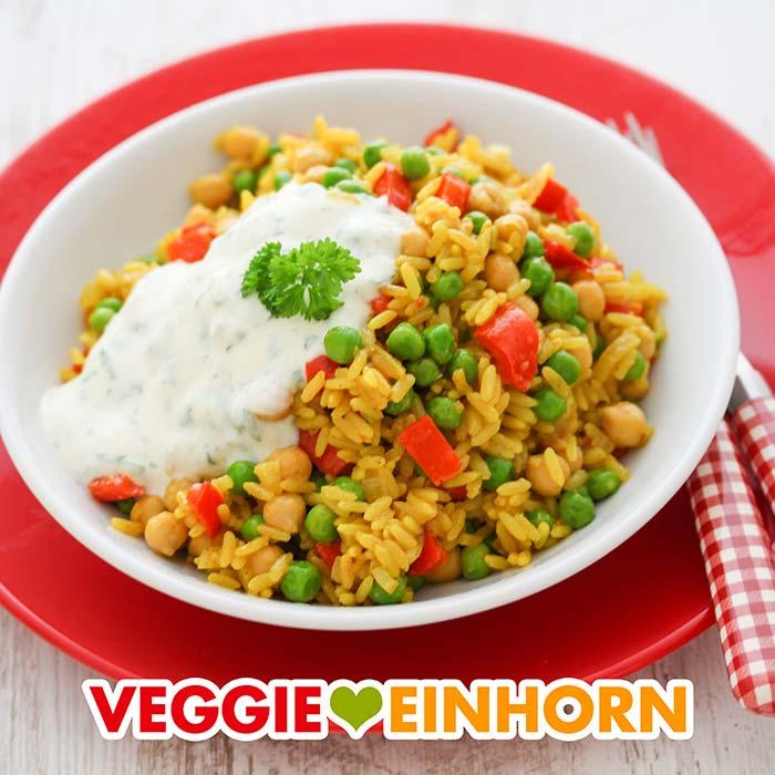 Gemüsepfanne mit Reis und Kichererbsen serviert mit veganem Joghurtdip.