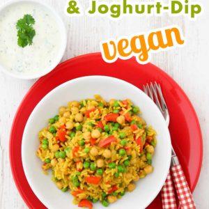 Gemüsepfanne mit Reis und Kichererbsen auf einem Teller und Joghurtdip in einem Schälchen