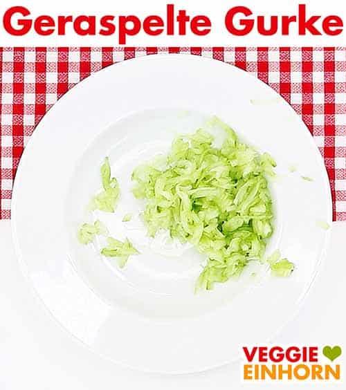 Geraspelte Salatgurke auf einem Teller