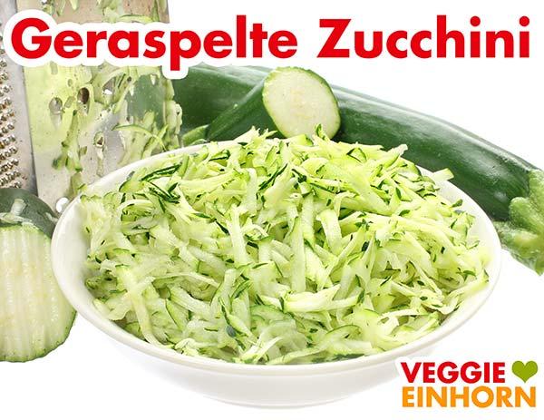 Geraspelte Zucchini und eine Vierkantreibe
