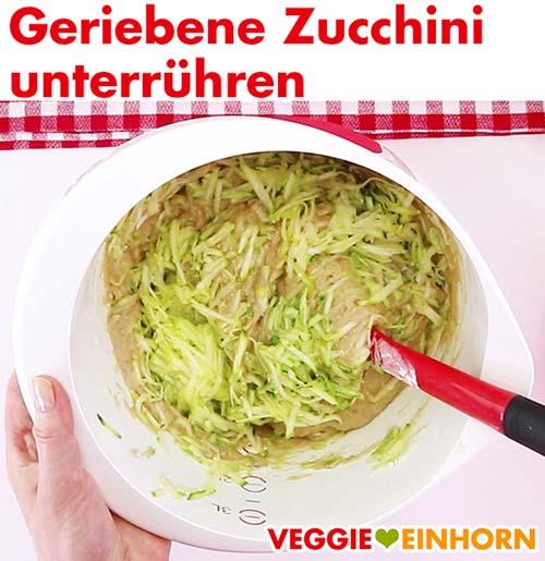 Geriebene Zucchini unter den Teig rühren