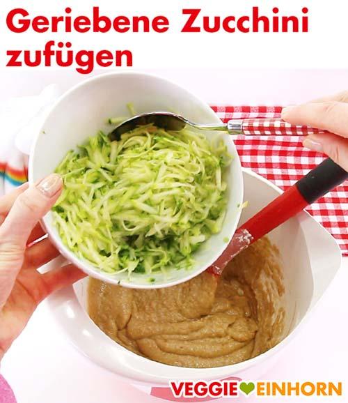 Geriebene Zucchini zufügen