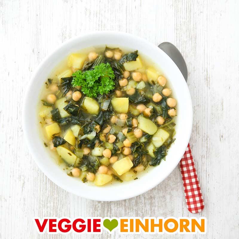 Ein Teller mit veganer Bärlauchsuppe mit Kartoffeln und Kichererbsen