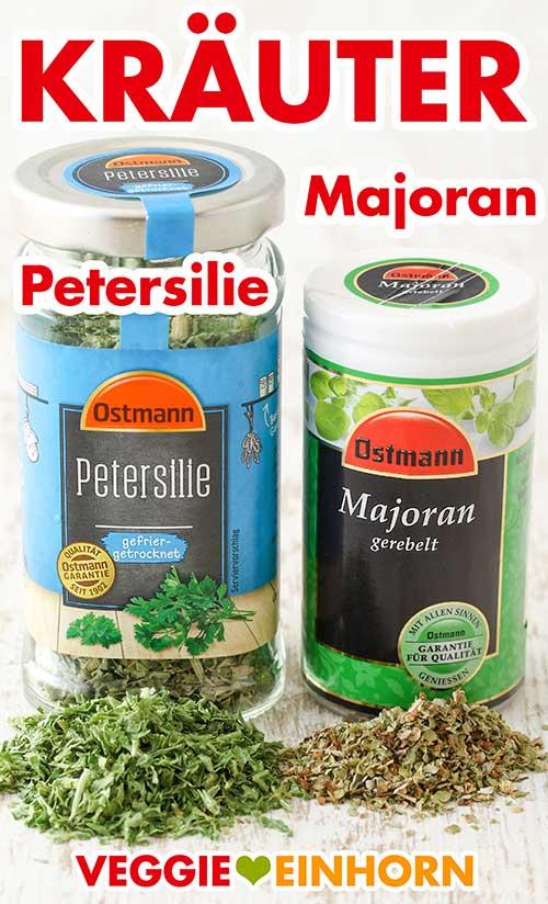 Ein Glas getrocknete Petersilie und eine Dose gerebelter Majoran
