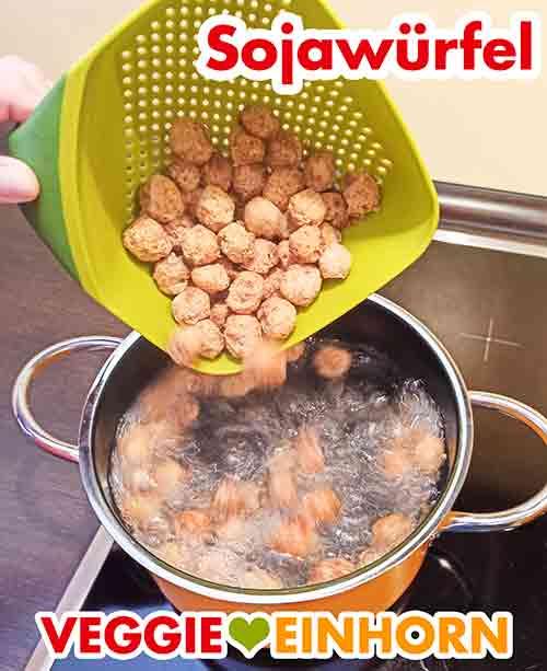 Getrocknete Soja Würfel werden in kochendes Wasser gegeben