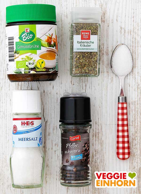 Gemüsebrühe Pulver, Italienische Kräuter Gewürzmischung, Salz, Pfeffer, ein Teelöffel Zucker