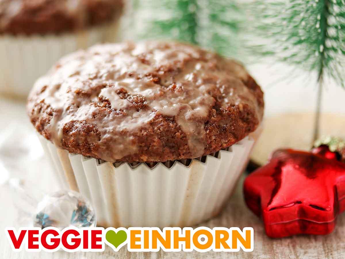 Ein Gewürzkuchen Muffin auf einem Tisch mit Weihnachtsdeko