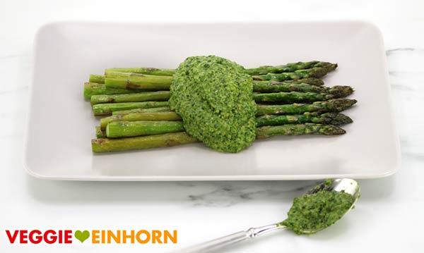Gebratener grüner Spargel mit veganem Bärlauchpesto