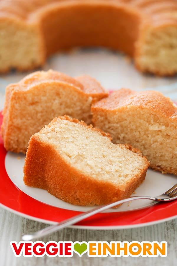 Drei Stücke Rührkuchen mit Öl auf einem Teller
