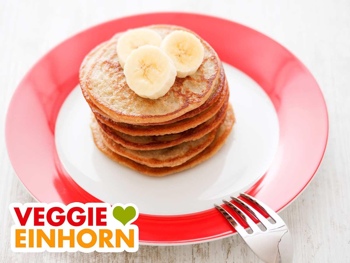 Bananen Haferflocken Pancakes auf einem Teller