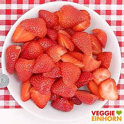 Halbierte Erdbeeren für Erdbeerkuchen