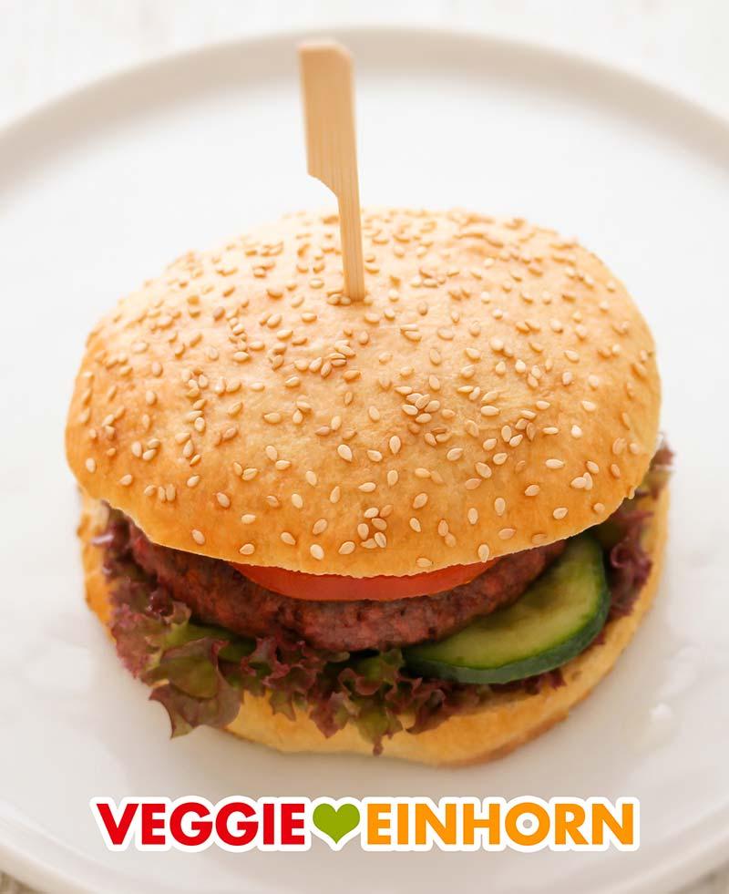 Ein veganer Hamburger auf einem weißen Teller