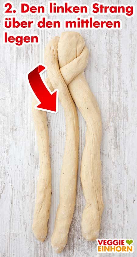 Linker Strang wird über den mittleren Strang gelegt