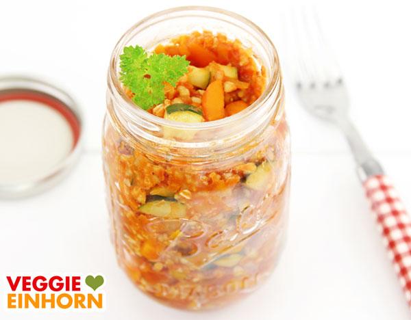 Hirse, Buchweizen, Zucchini und Möhren als Salat im Glas
