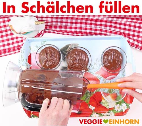 Vegane Mousse au Chocolat in Dessert Schälchen füllen