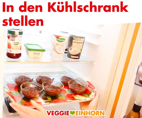 Vegane Mousse au Chocolat in den Kühlschrank stellen