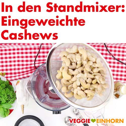 Eingweichte Cashews in den Standmixer geben