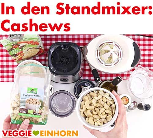 Cashews für vegane Käsesoße in den Standmixer geben