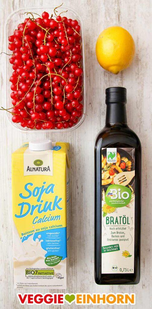 Johannisbeeren, eine Zitrone, ein Tetrapack mit Soja Drink und eine Flasche Bratöl