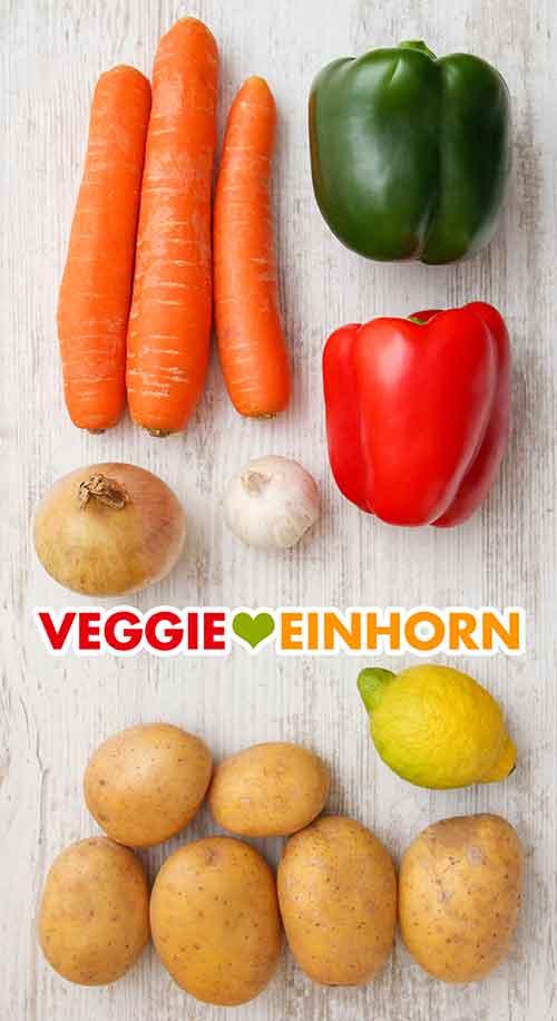 Möhren, Zwiebel, Knoblauch, rote und grüne Paprika, Kartoffeln, Zitrone