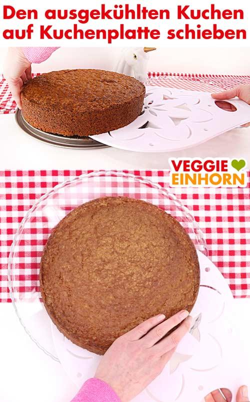 Karottenkuchen mit Kuchenheber auf Kuchenplatte schieben