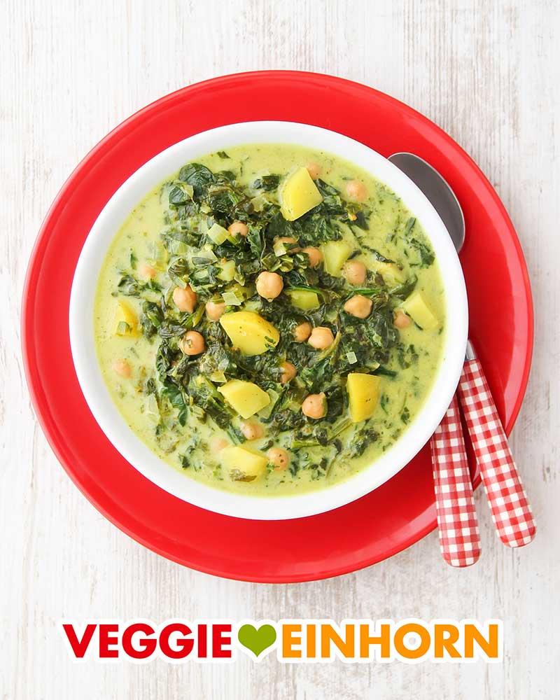 Ein Teller mit veganer Kartoffel Spinat Suppe