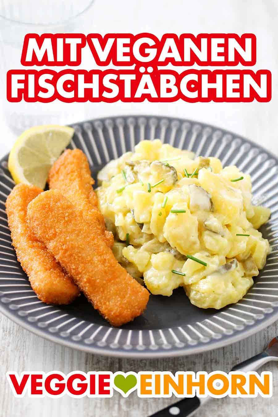 Ein Teller mit Kartoffelsalat und veganen Fischstäbchen
