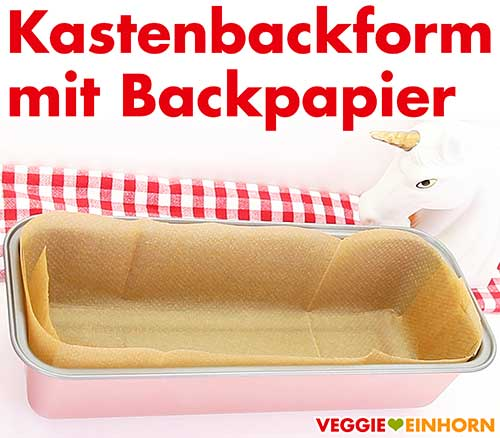 Vorbereitete Kastenbackform mit Backpapier