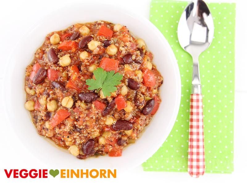Eintopf mit Kichererbsen, Quinoa und Bohnen serviert auf Teller