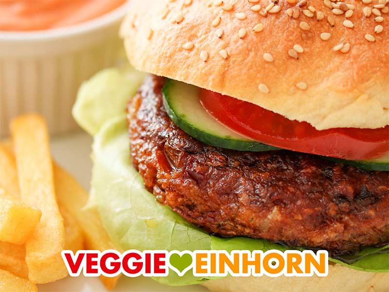 Burger mit Kidneybohnen Patty, Tomate, Gurke und Salat