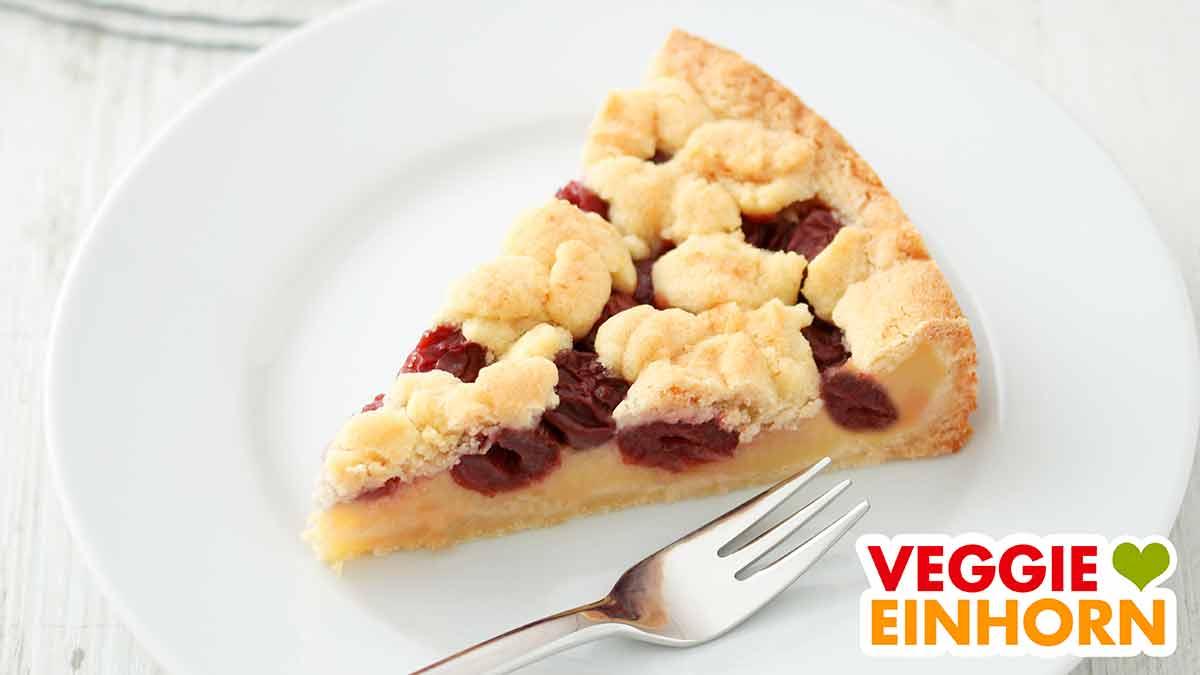Ein Stück Kirschkuchen mit Pudding auf einem Teller