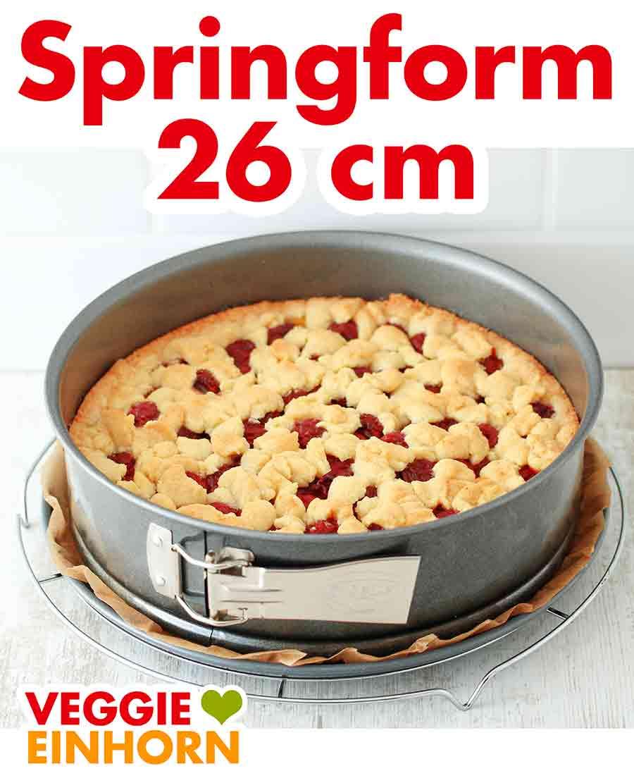 Streuselkuchen mit Kirschen und Pudding in der Springform